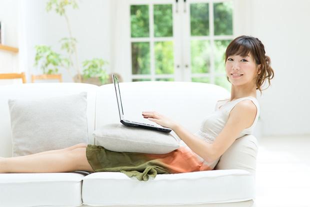 パソコンを使う爽やかな女性