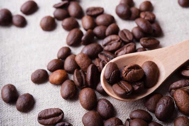 コーヒー豆とスプーン