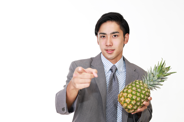 パイナップルを持つ男性
